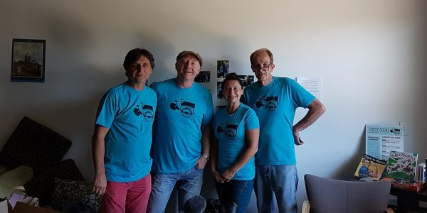 Unser Team in Streetbooks-Shirts mit Ben Hodgson